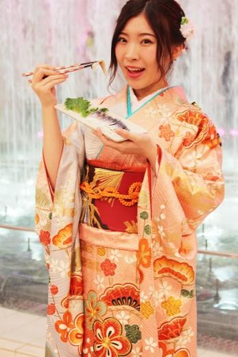 サバを食べる岩佐美咲